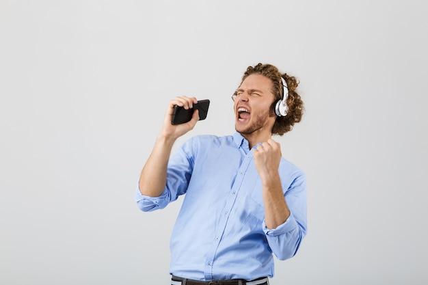 Portret podekscytowany młody człowiek z kręconymi włosami