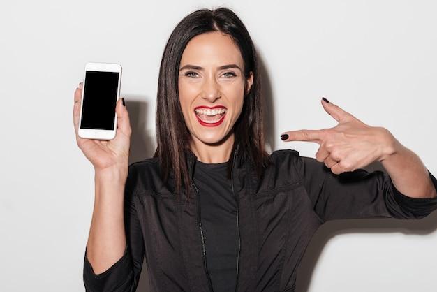 Portret podekscytowany szczęśliwa kobieta palcem wskazującym