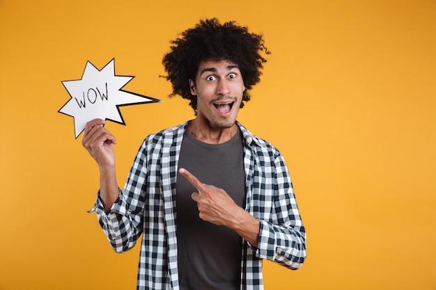 Portret podekscytowany szczęśliwy afrykański mężczyzna wskazując palcem