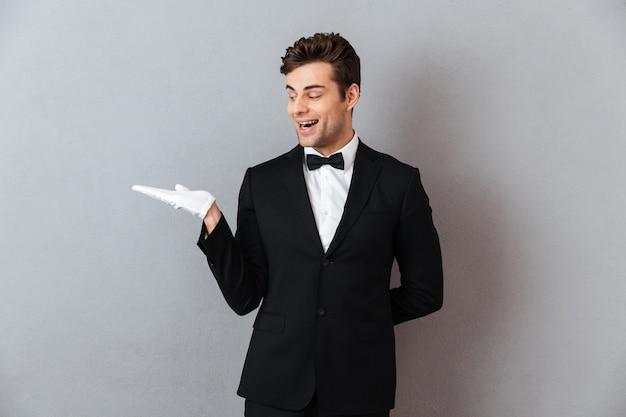 Portret podekscytowany uśmiechnięty mężczyzna