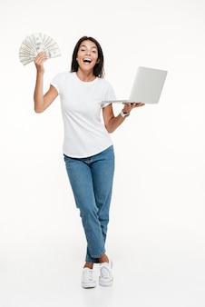 Portret podekscytowany wesoły kobieta trzyma laptopa