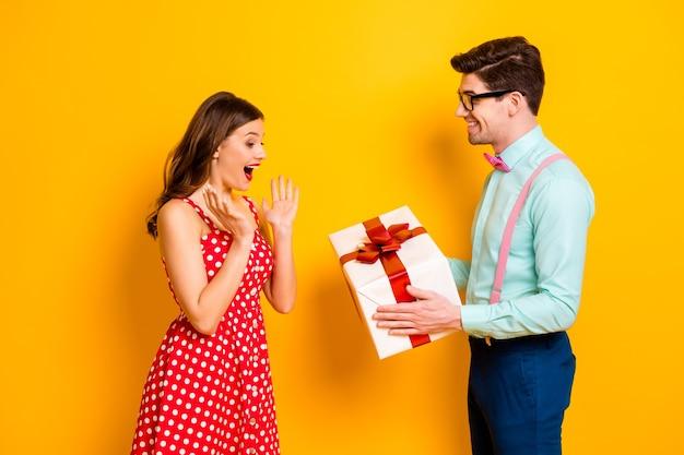Portret podekscytowany zszokowana dziewczyna mężczyzna geek daje pożądanie prezent