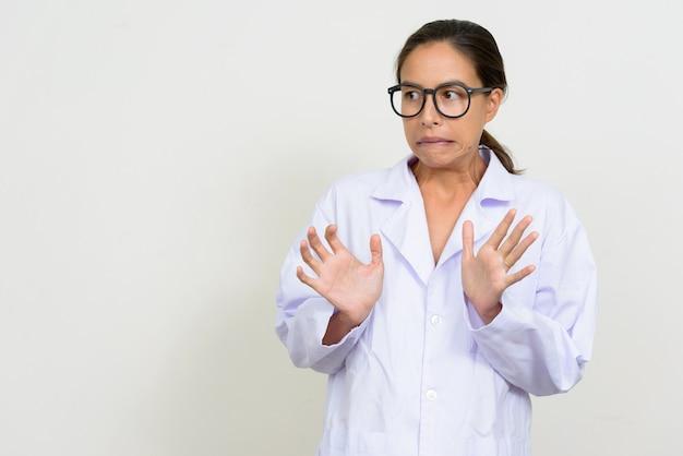 Portret podkreślił wieloetnicznego lekarza kobieta szuka przestraszony