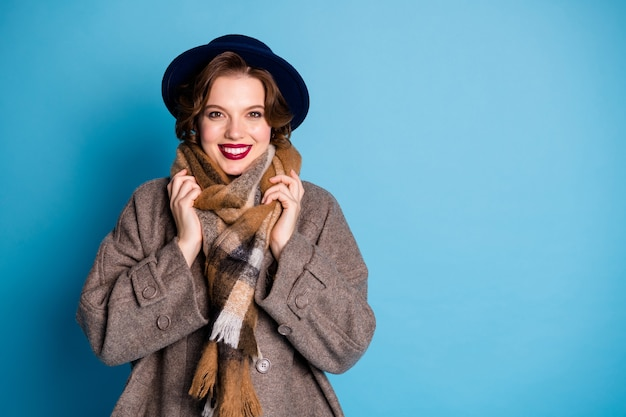 Portret podróżniczki zębaty uśmiechnięty dobry nastrój słoneczny dzień pogoda ciesz się ciepłem ubrania noś stylowy, swobodny, długi, szary płaszcz vintage kapelusz ciepły szalik.