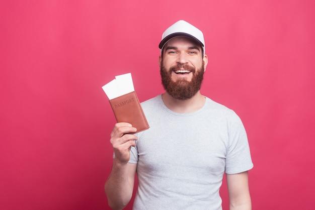 Portret pokazuje ticktes i paszport rozochocony sposób, mężczyzna