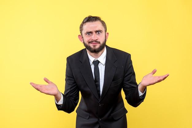 Portret pół ciała zdezorientowanego młodego człowieka z brodą i wąsami na żółto