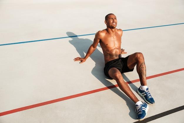 Portret pół nagi sprawny afro amerykański sportowiec
