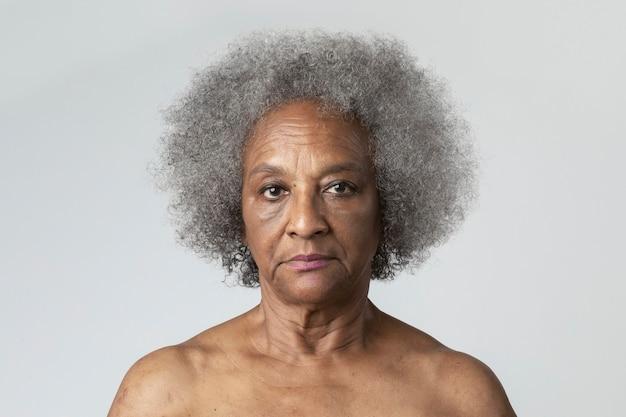 Portret półnagiej starszej afroamerykanki
