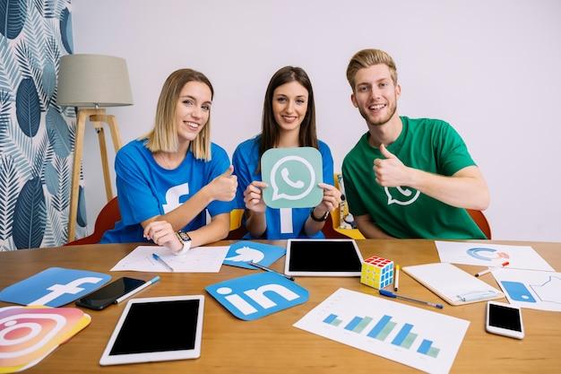 Portret pomyślna ogólnospołeczna medialna networking drużyna przy miejscem pracy