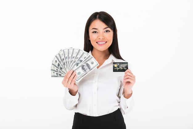 Portret pomyślny azjatykci bizneswoman