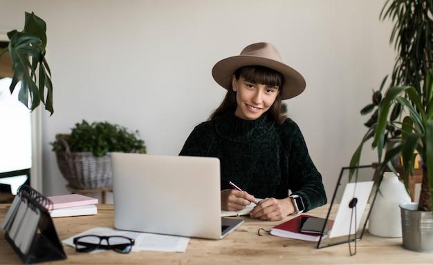 Portret pomyślny pisarza obsiadanie przy miejscem pracy. freelancer pracuje z domu