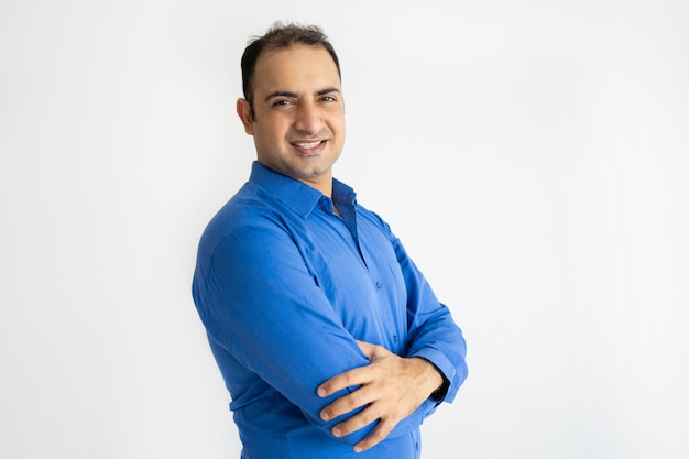 Portret pomyślny w połowie dorosły indiański biznesmena ono uśmiecha się