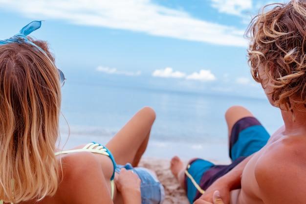 Portret potomstwa dobiera się w miłości przy plażą i cieszyć się czasem jest wpólnie. młoda para zabawy na piaszczystym wybrzeżu.
