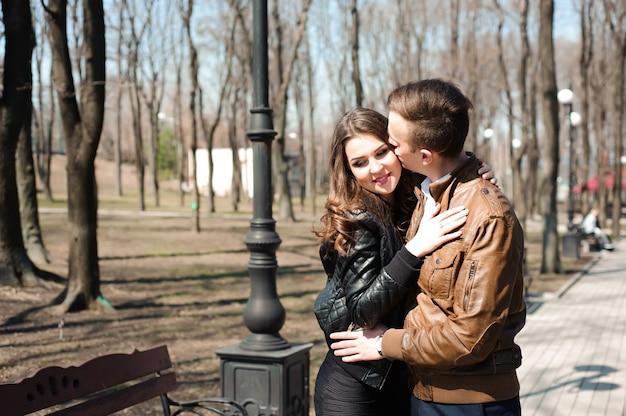 Portret potomstwa dobiera się w miłości w parku.