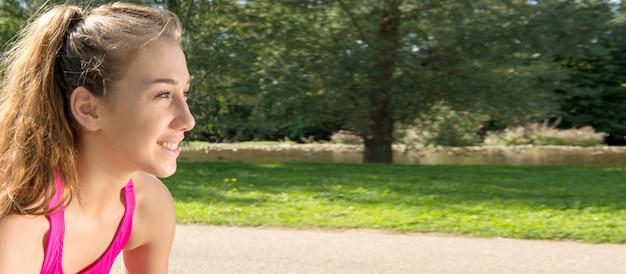 Portret potomstwo dysponowana kobieta outdoors