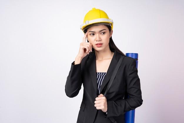 Portret potomstwo inżyniera kobieta z główkowanie pozą