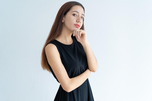 Portret poważna młoda azjatycka bizneswoman pozycja w wątpieniu