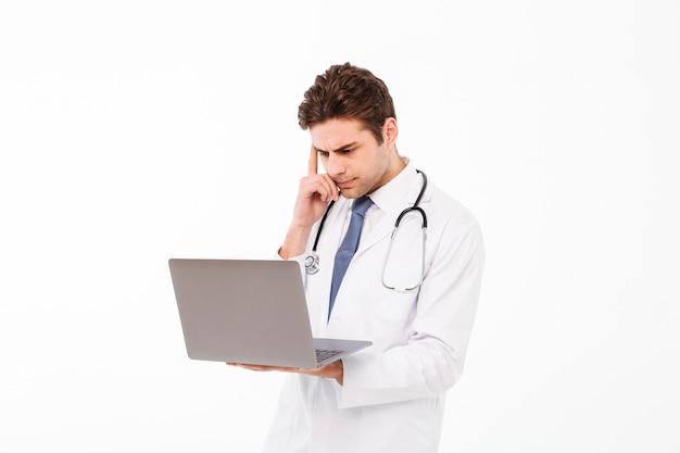 Portret poważna młoda samiec lekarka z stetoskopem