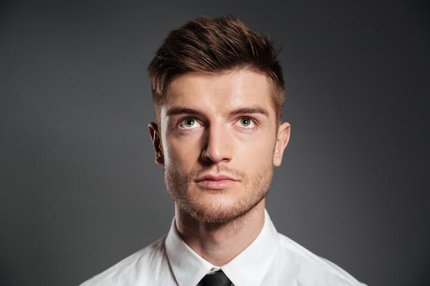 Portret poważne atrakcyjny mężczyzna w koszuli patrząc w górę
