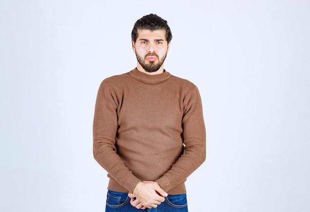 Portret poważnego mężczyzny stojącego i wyglądającego poważnie