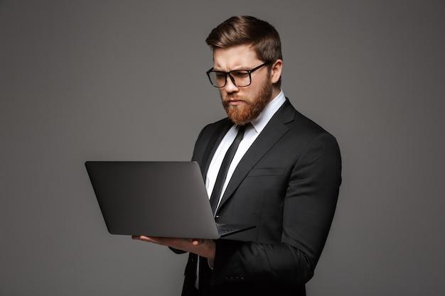 Portret poważnego młodego biznesmena ubranego w garnitur