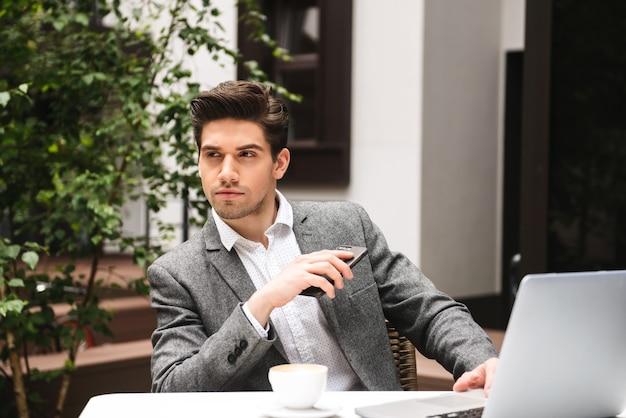 Portret poważnego młodego biznesmena