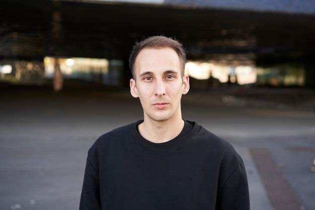 Portret poważnego młodego człowieka, patrząc z przodu