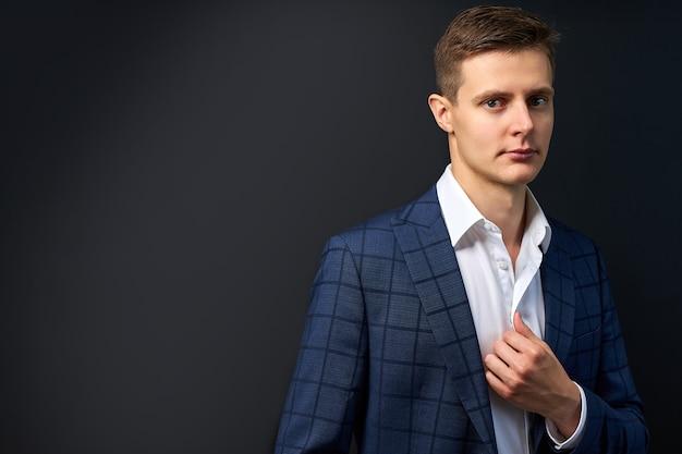 Portret poważnego przystojnego mężczyzny w modnym klasycznym garniturze