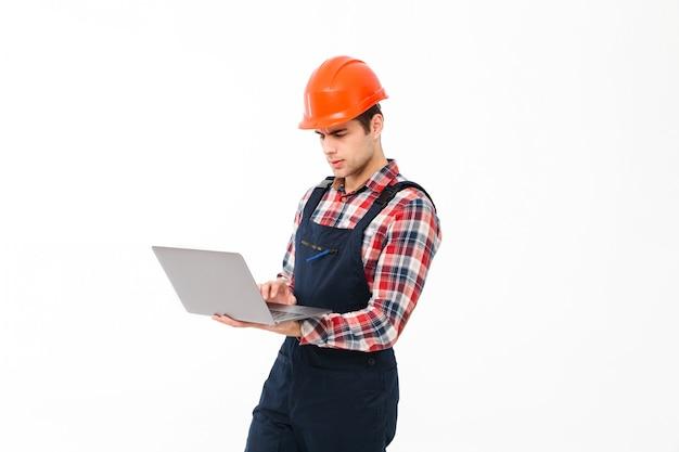 Portret poważny młody męski budowniczy