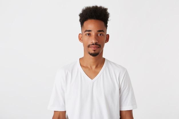 Portret poważny przystojny afroamerykanin młody człowiek