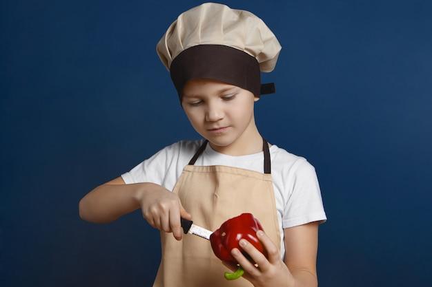 Portret poważny skoncentrowany europejski mały chłopiec ubrany w mundur pozowanie