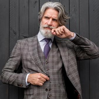 Portret pozowanie w garniturze elegancki dojrzały mężczyzna