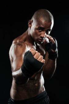 Portret pozuje w bokserskim bandażu afroamerican bokser