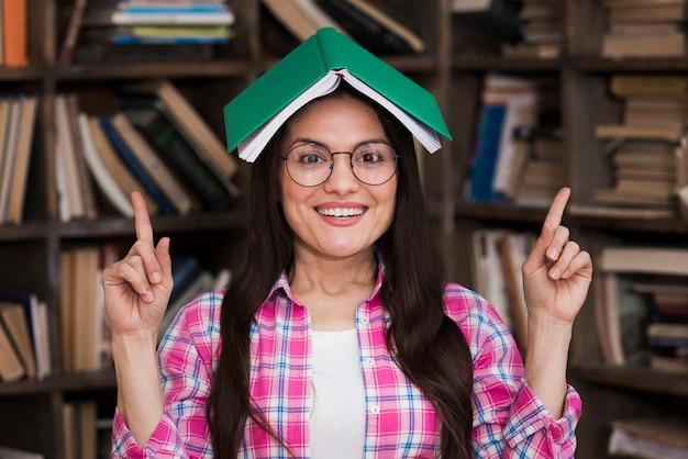 Portret pozuje z książką dorosła kobieta