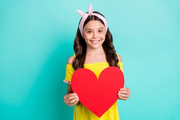 Portret pozytywnego dziecka dziewczyny trzymać duże czerwone serce karty papieru