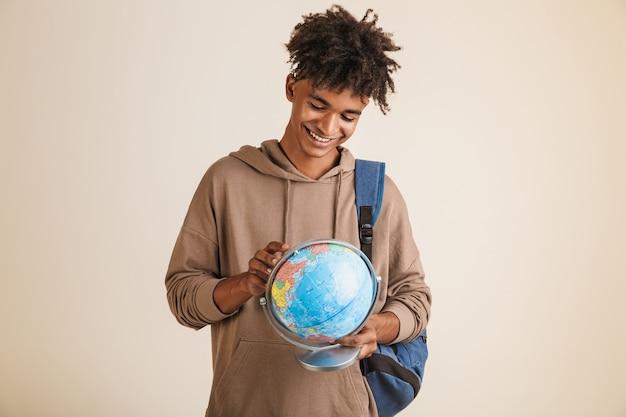 Portret pozytywnego młodego człowieka afroamerykańskiego