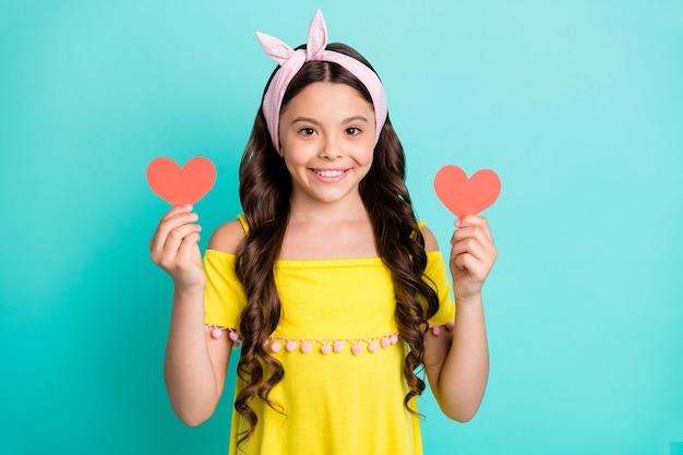 Portret pozytywnego romansu wymarzona dziewczynka trzyma małe serce karty papieru