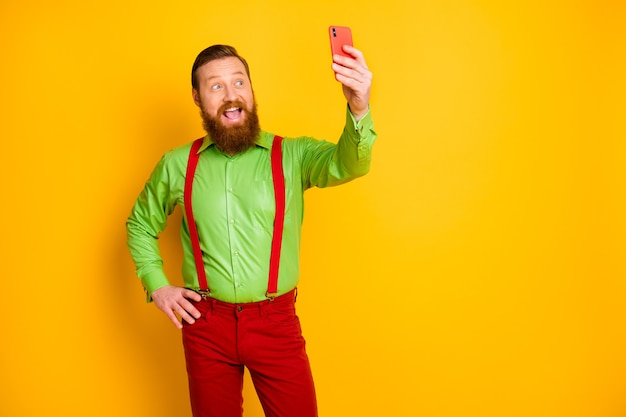 Portret pozytywnego, wesołego, energicznego mężczyzny cieszy się letnimi wakacjami weekendowymi, aby nagrywanie selfie wideo nosić dobry wygląd strój na białym tle jasny połysk