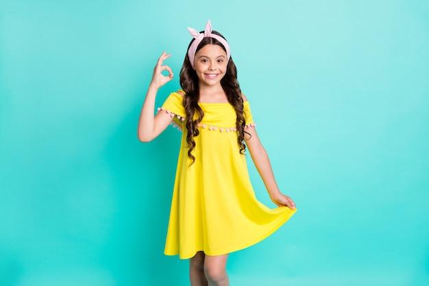 Portret pozytywnej dziewczyny dziecko pokazuje znak ok, zatwierdza promocję