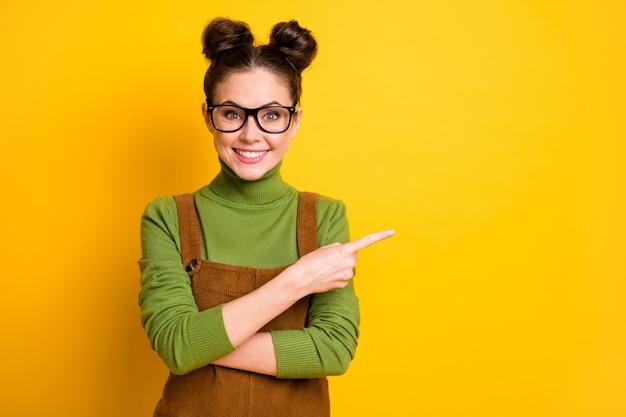 Portret pozytywnej dziewczyny point finger copyspace jasny połysk kolor tła
