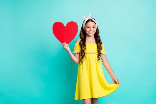 Portret pozytywnej dziewczyny trzymać czerwoną kartkę papieru serca