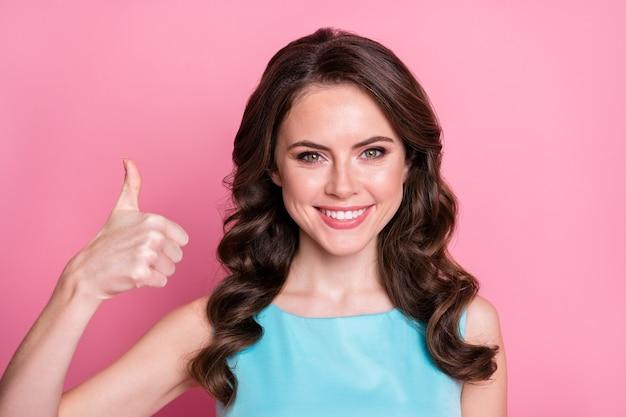 Portret pozytywnej wesołej dziewczyny damy poleca reklamy pokazują kciuk w górę znak nosić dobre ubrania