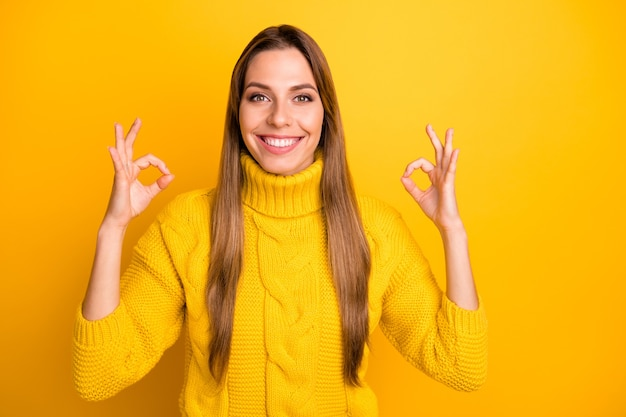 Portret pozytywnej wesołej dziewczyny promotor pokazuje dobrze znak polecam reklama reklama promocja nosić żywy sweter odizolowany na żółtej ścianie