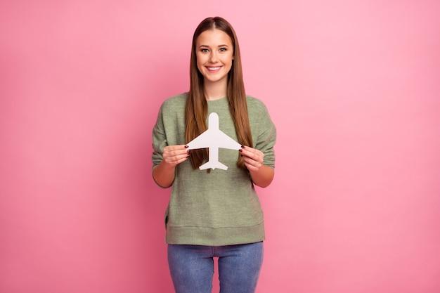 Portret pozytywnej wesołej dziewczyny trzymać biały papierowy samolot karty