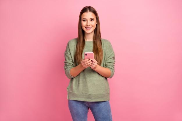 Portret pozytywnej wesołej dziewczyny za pomocą telefonu komórkowego
