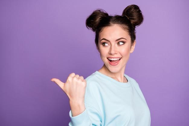Portret pozytywnej wesołej energicznej dziewczyny tysiąclecia punkt kciuk palec copyspace wskazać reklamę promocję polecam sugerować wybrać nosić modny strój na białym tle fioletowy kolor tła