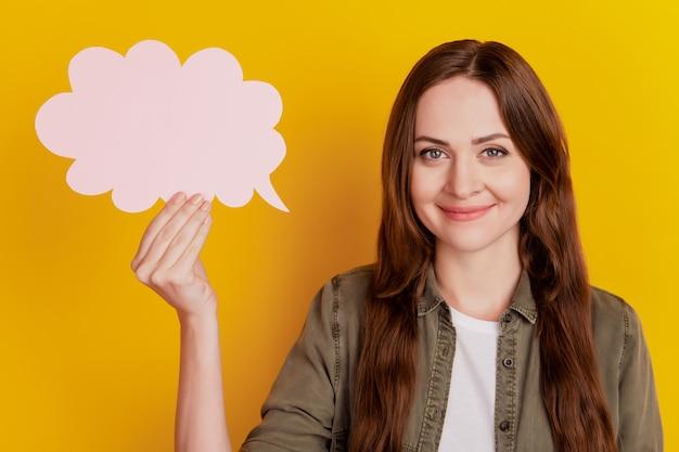 Portret pozytywnej wesołej miłej pani pokazuje bańkę umysłu na żółtym tle