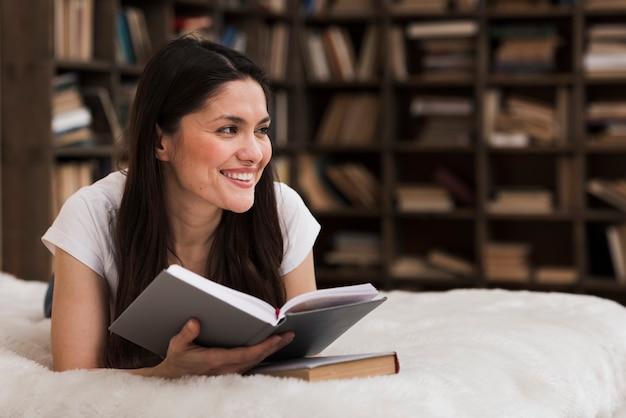 Portret pozytywny kobiety ono uśmiecha się