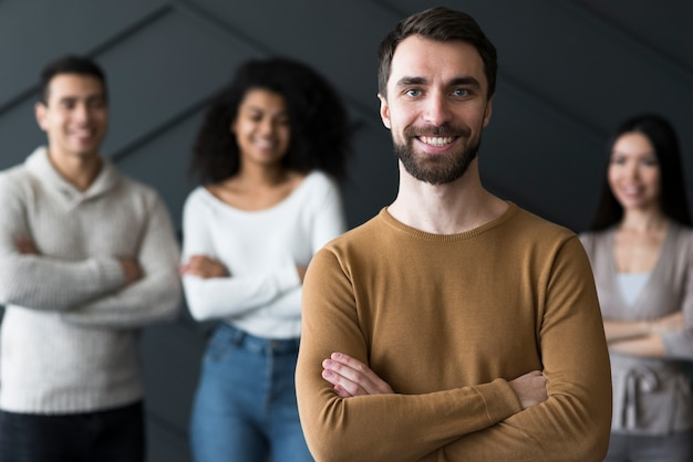 Portret pozytywny młodego człowieka ono uśmiecha się