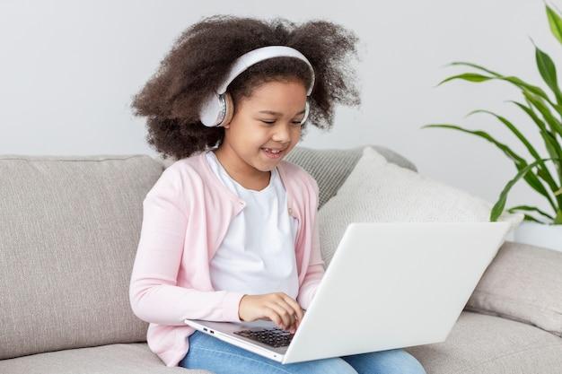 Portret pozytywny młodej dziewczyny mienia laptop